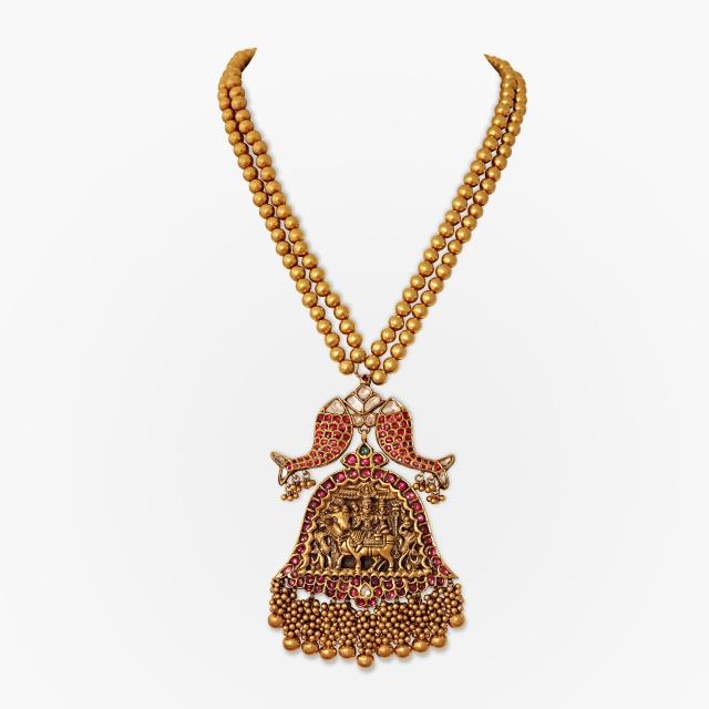 A gowrishankaram pendant flanked by two fish motifs Source: http://www.saffronart.com/fixedjewelry/PieceDetails.aspx?iid=39818&pt=2&eid=3703